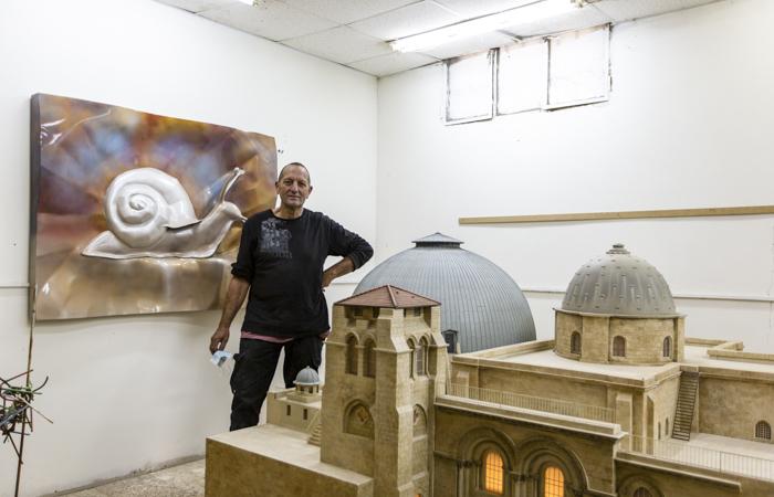 Adam Brown  devant la maquette du Saint-Sépulcre qu'il a réalisée au 1/25e ©Andrea Krogmann