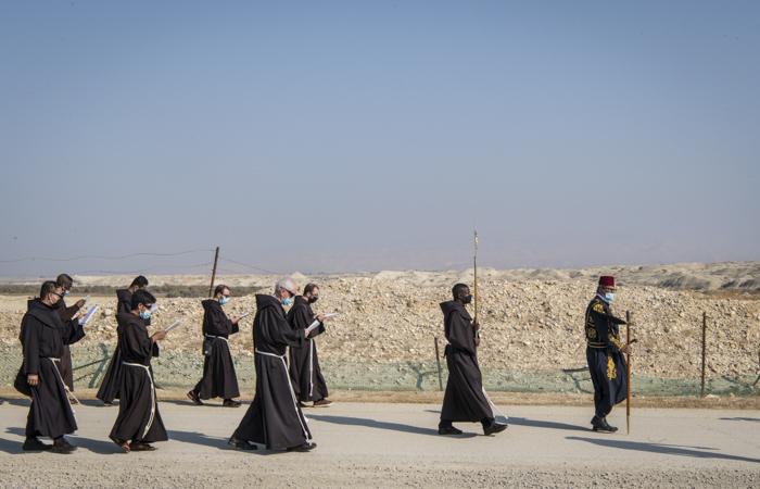 Les franciscains descendent en procession depuis le monastère orthodoxe en direction du fleuve. ©Nadim Asfour/CTS