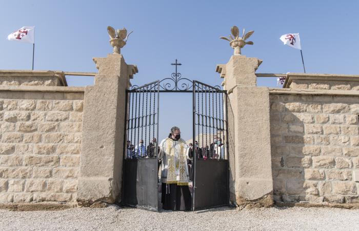 Le Custode de Terre Sainte, Francesco Patton, ouvre les portes de la propriété franciscaine récemment déminée. ©Nadim Asfour/CTS