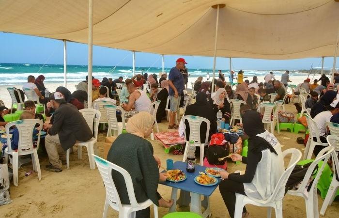 Moment de convivialité sur la plage parmi ceux organisés par les bénévoles.