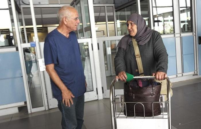 Yuval avec une femme palestinienne à un check-point israélien.