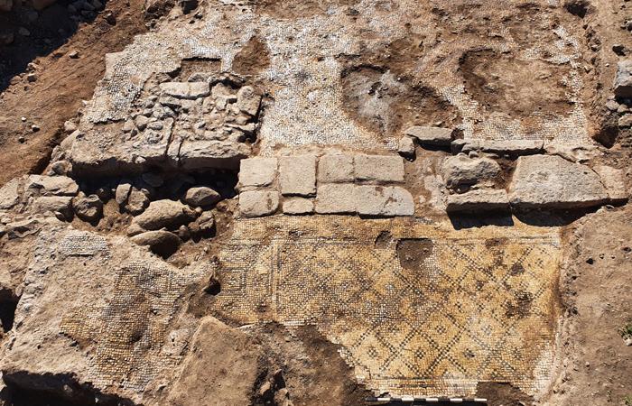 """Noble bâtiment à et-Taiyiba  dans lequel a été retrouvé le linteau d'église avec l'inscription """"Le Christ né de Marie"""" réemployé ultérieurement pour un autre usage. © Tzachi Lang, Autorité israélienne des antiquités"""