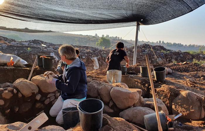 Au travail sur le champ de fouilles de et-Taiyiba © Einat Ambar-Armon, Israel Antiquities Authority