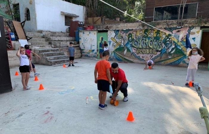 L'école de cirque encourage la formation des jeunes dans différents lieux.