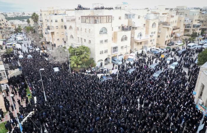 Des juifs ultra orthodoxes assistent aux funérailles du rabbin Meshulam Dovid Soloveitchik, le 31 janvier 2021, à Jérusalem. Photo par Yonatan Sindel / Flash90