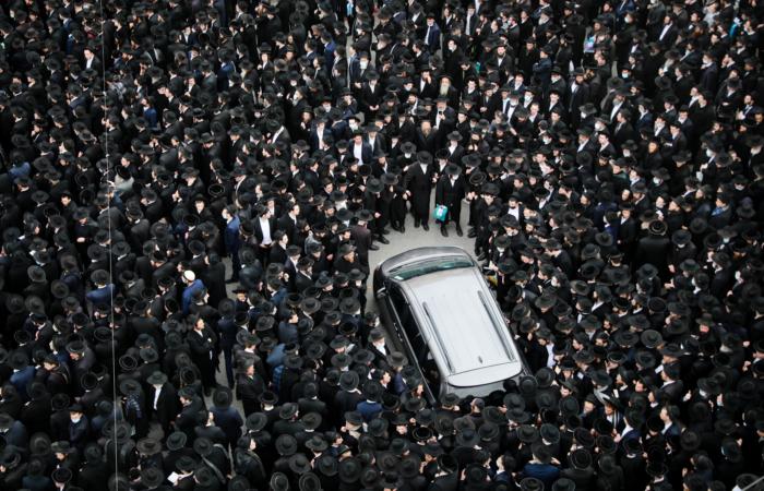 Le cortège funéraire en l'honneur du rabbin Meshulam Dovid Soloveitchik, a rassemblé près de 10 000 personnes le 31 janvier 2021, à Jérusalem. Photo : Yonatan Sindel / Flash90