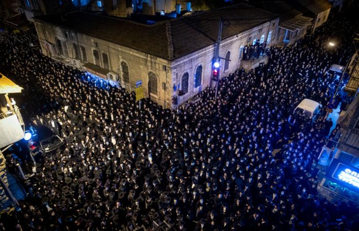 Plus de 8 000 personnes ont participé au cortège funéraire du rabbin Yitzchok Sheiner à Jérusalem, le 31 janvier 2021. Photo : Yonatan Sindel / Flash90