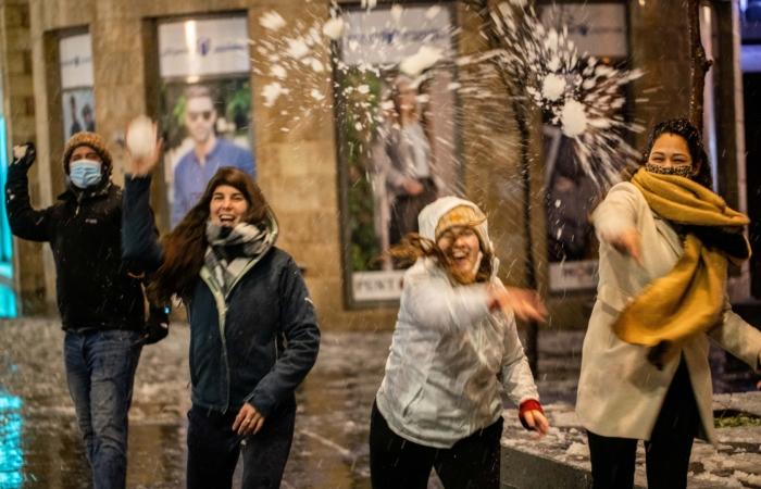 Que seraient les chutes de neige sans leurs batailles de boules de neige ? Soirée du 17 février 2021. Photo : Yonatan Sindel/Flash90