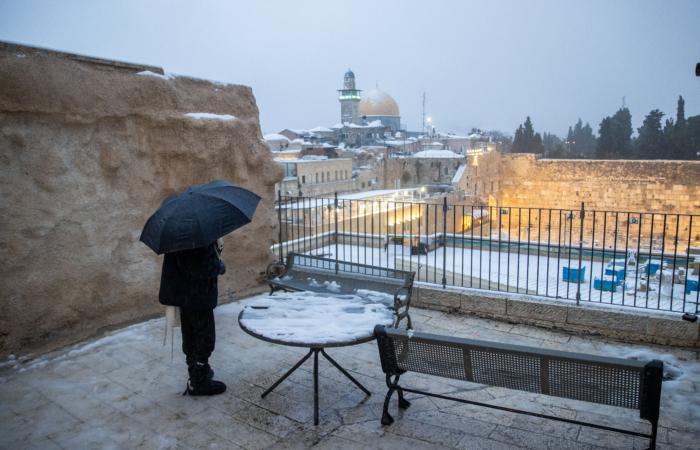 Prendre de la hauteur pour profiter de la vue sur le Mur Occidental. 18 février 2021. Photo : Yonatan Sindel/Flash90