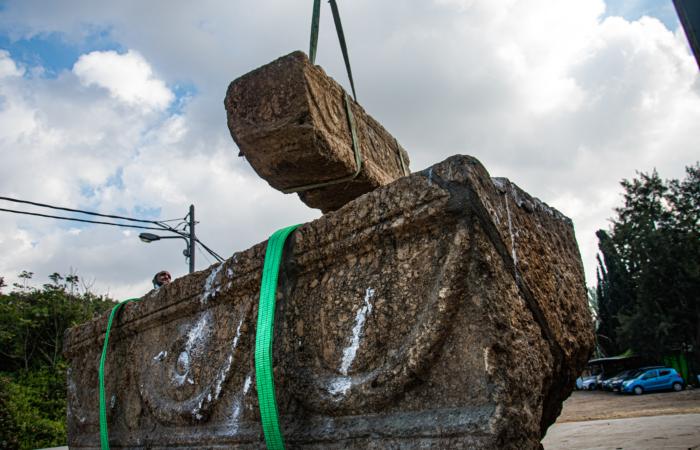 Les deux sarcophages de pierre ont été transportés aux dépôts des trésors nationaux israéliens. Photo-Yoli Schwartz Israel Antiquities Authority