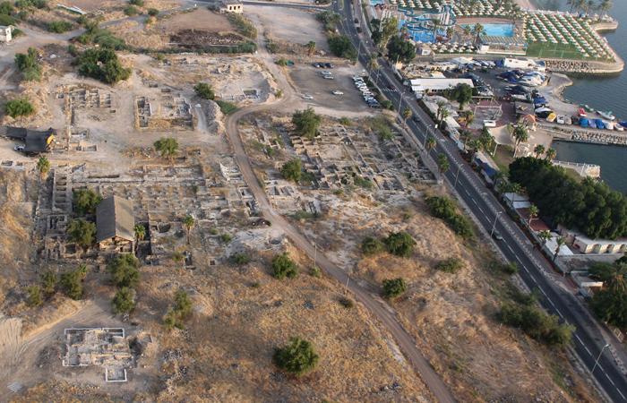 Site des fouilles où a été découverte une mosquée du 7ème siècle à Tibériade (sur la photo :  au-dessus du bâtiment couvert où se trouvent des marques de piliers) © NTEP - David Silverman and Yuval Nadel