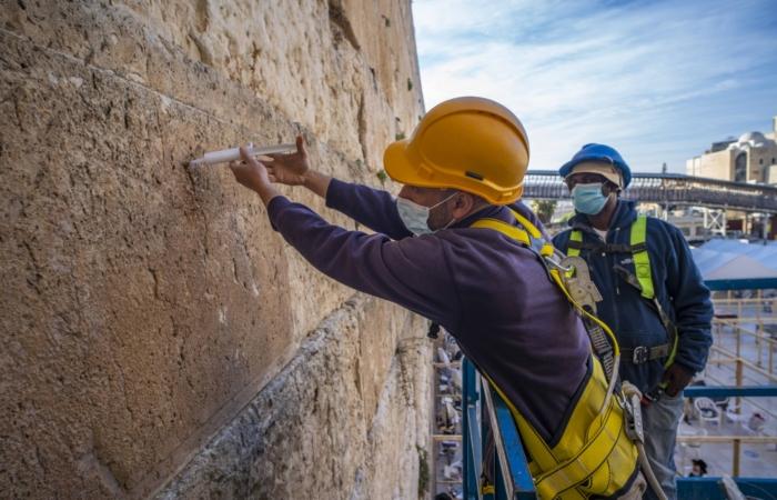 Deux fois par ans, ingénieurs et conservateurs traquent les fissures du Mur pour les combler. Photo : Yaniv Berman, Israel Antiquities Authority