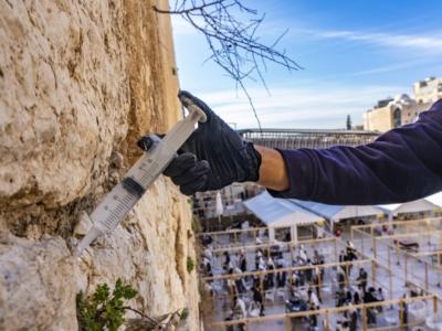 Le Mur Occidental aussi reçoit des injections