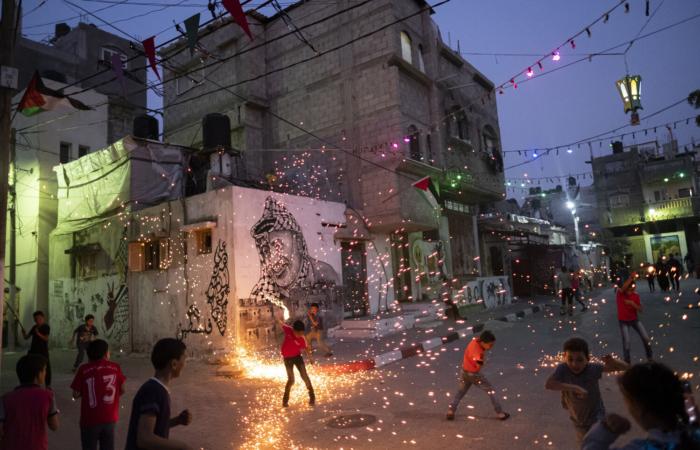 """Des Palestiniens allument des feux d'artifice dans le camp de réfugiés de Nuseirat, au centre de la bande de Gaza, pour célébrer le mois sacré du Ramadan Avril 22, 2020 © Fatima Shbair - """"Life in War"""""""