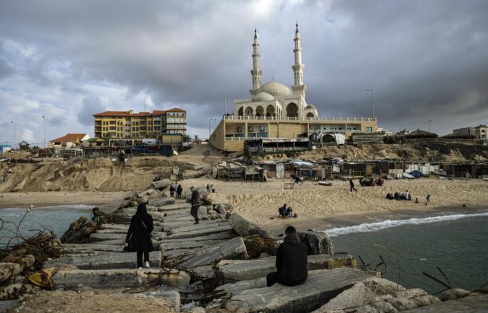 """Les Palestiniens profitent de la mer près de la mosquée Al-Khaldi dans le nord de la bande de Gaza. Feb 3, 2020 © Fatima Shbair - """"Life in War"""""""