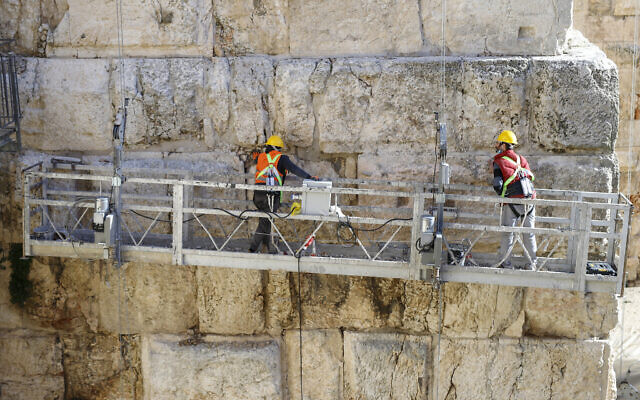 Des ouvriers travaillent sur le projet de rénovation de la tour de Phasael, au sein du complexe de la Tour de David ©Ricky Rachman/ Musée de la Tour de David