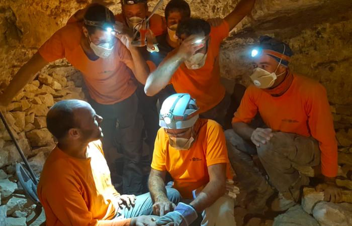 Le moment où les fragments du rouleau du Livre des douze prophètes mineurs a été découvert dans le désert de Judée © Highlight Films, courtesy of the Israel Antiquities Authority