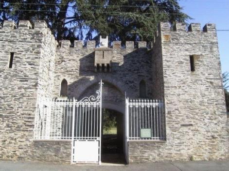 Avant d'entrer dans la propriété, il faut franchir la reproduction de la porte de Damas, la plus proche du Saint-Sépulcre  à Jérusalem. ©Servantes des Pauvres