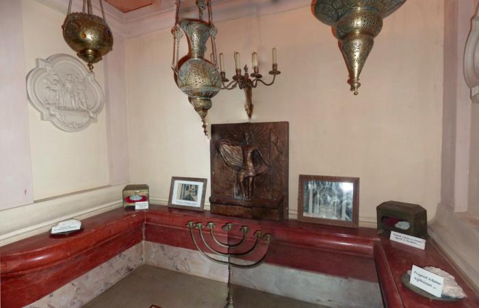 """Reproduction de la disposition de la """"chapelle de l'ange"""". Elle abrite un fragment de la pierre qui fermait le tombeau. ©Servantes des Pauvres"""