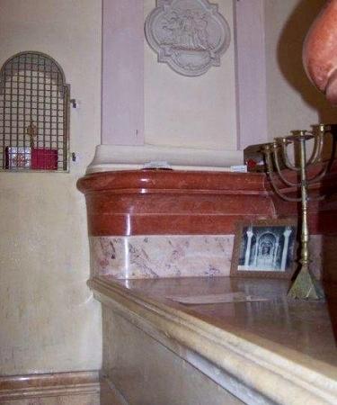 La réplique du Saint-Sépulcre, ou chambre funéraire de Jésus, est fidèle à la disposition observée à Jérusalem ©Servantes des Pauvres