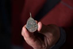 Une amulette anti-démon remise aux autorités 40 ans après sa découverte