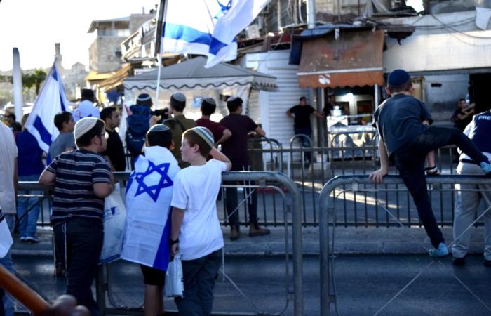 Des barrières empêchent les manifestants d'entrer en contact avec les rares Palestiniens restés dans le quartier de la porte de Damas ©Cécile Lemoine/TSM