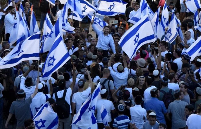 """Bezalel Smotrich, leader du """"Parti sioniste religieux"""" et membre de la Knesset est hissé au dessus de la foule, porte de Damas ©Cécile Lemoine/TSM"""