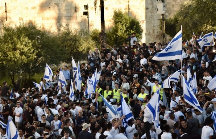 Les journalistes locaux et internationaux sont protégés des vociférations et des insultes de militants juifs par un cordon de sécurité (en gilet jaune) ©Cécile Lemoine/TSM