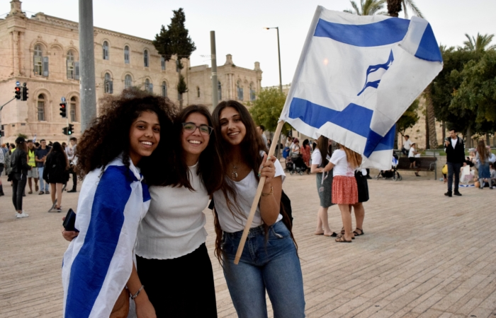 Reut et ses amies, venues spécialement de Cisjordanie pour la marche des drapeaux ©Cécile Lemoine/TSM