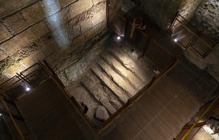 Bain rituel juif et sa volée de marches installé dans l'une des salles à la fin de la période du Second Temple © Yaniv Berman/Israel Antiquities Authority