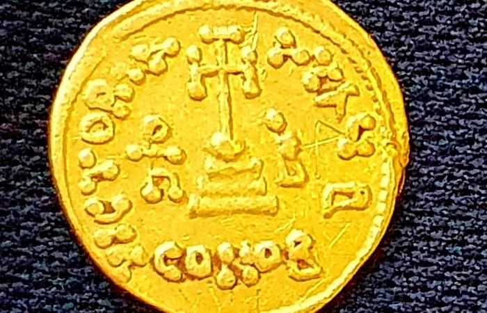 Pièce d'or portant une gravure pour en marquer la propriété ©Amir Gorzalczany/AAI
