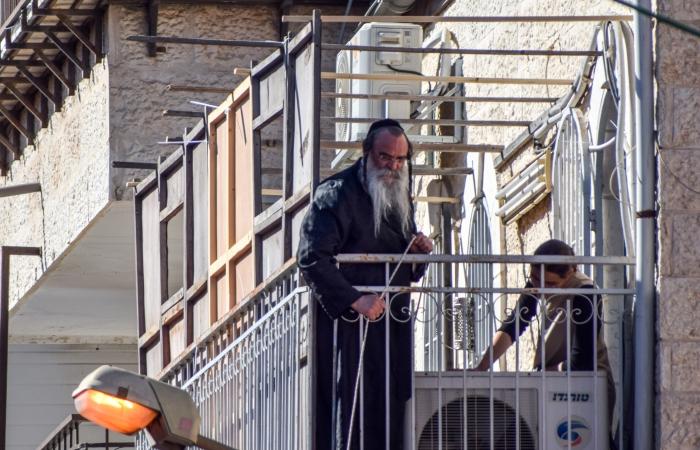 Soucca en construction sur un balcon du quartier Mea Shéarim ©Cécile Lemoine/TSM
