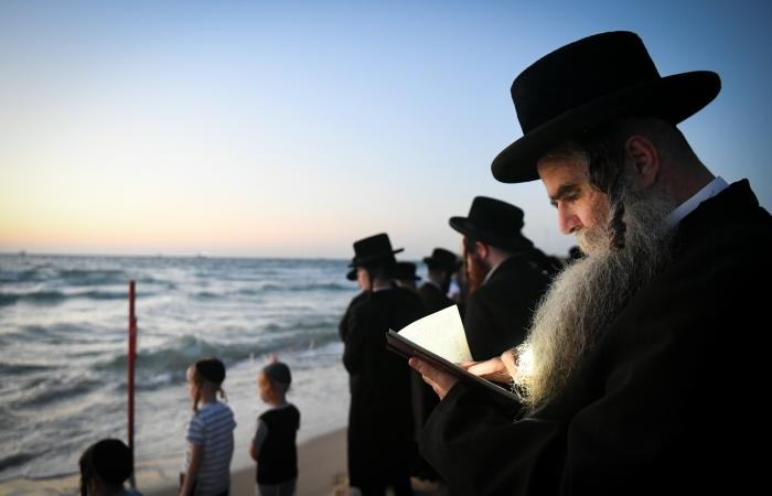 Des juifs hassidim accomplissent le rituel du Tashlich sur les plages bordant la ville d'Ashod, le 14 septembre 2021 ©Yossi Zeliger/Flash90